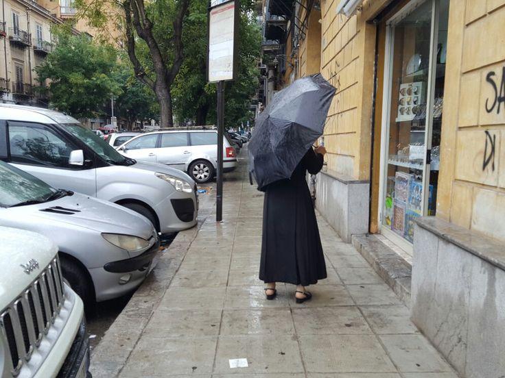 Suora in nero con ombrello nero. Francesco Paolo Catalano #HauteCouture #streetfashion #streetphotography #photography #fotografia #palermo #sicilia #nun