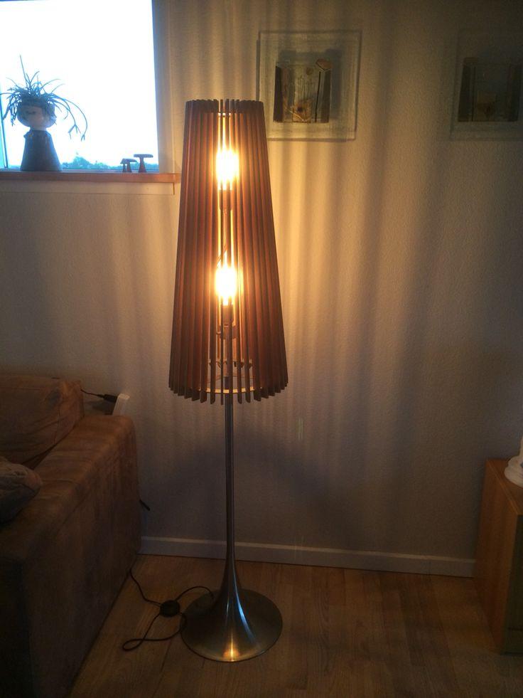 Erstattet lampeskærm med egetræslameller.