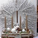 Adventskranz *Waid* best. aus: Einer Holzschale fein und festlich in weiß, ummantelt mit einem synth. Fell, einem Band mit der Aufschrift *Merry Christmas* und einem ovalen Holzschild. Gefüllt...