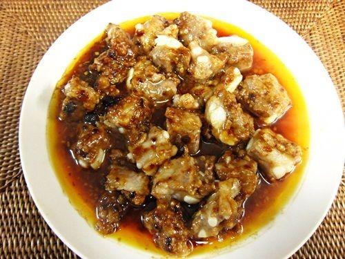 今回は蒸し料理の中でもかなり好きな「豆豉蒸排骨」を作ります。使うのは中国一人気の調味料「老干媽(ラオガンマー)」です。老干媽についてはこちらの記事をご確認ください。 必要な材料 食材 豚軟骨※スペアリブでもよし(240g)、ニンニク(1片) 肉下ごしらえ 老干媽「風味豆鼓」(大さじ1)、醤油(大さじ1)、みりん(小さじ1)、お酒(小さじ1)、米粉(大さじ2/3) 調味料 花椒油(小さじ1)、ゴマ油(小さじ1)、※花椒油は花椒から取った痺れる味、香りが特徴の油です。無ければなしでOK。 ①材料を切る 豚軟骨はさくっと切れるので、お好みの大きさに切ります。ニンニクは細かくみじん切りにする。豆鼓も細かくみじん切りにします。 ②肉の下ごしらえ ボールに豚軟骨を入れ、【肉下ごしらえ】の順に入れて混ぜ、30分間放置。 ③蒸す 蒸す前に花椒油、ゴマ油をまぜ香りをつけます。ふたをして、強火で20分間蒸して、出来上がり!! 出来上がった豆豉蒸排骨を既に炊き上がったご飯の上に乗せると丼の出来上がり!お好みの野菜いれ、強火で5分間蒸す。 ・肉の下ごしらえはしっか...