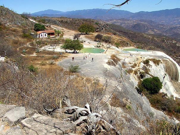 """Застывший водопад Йэрве эль Агуа – #Мексика #Оахака (#MX_OAX) Hierve el Agua - удивительные """"застывшие"""" водопады в Мексике, настоящее природное чудо света. Для приехавших на них полюбоваться дополнительным бонусом станет шикарный вид, открывающийся с вершины водопада и оздоравливающее купание в высокоминерализованной воде. Главное не принимать ванны слишком долго, чтобы самим не покрыться коркой соляных отложений...  ↳…"""