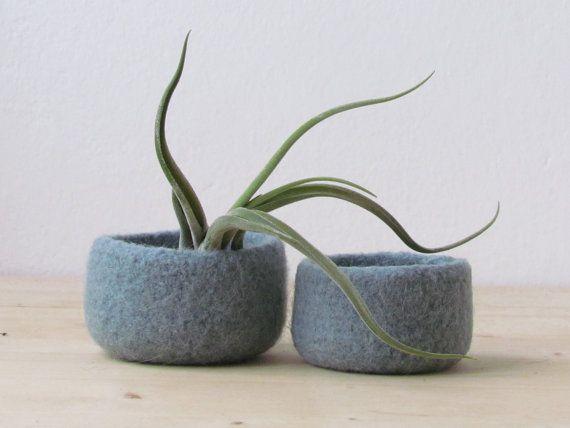 Grey green felted bowl / Two nesting bowls in grey green / Cozy Air plant holder / Minimalist decor on Etsy, 22,47€