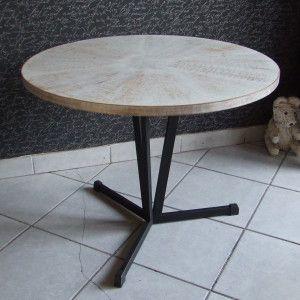 Stolik kawowy lata 60 te . Blat zdobi powtarzalny wzór ręcznie malowany – cały wykończony technika Shabby Chic (przetarcia, postarzenia) . Noga stolika  metalowa, kolor czarny matowy.