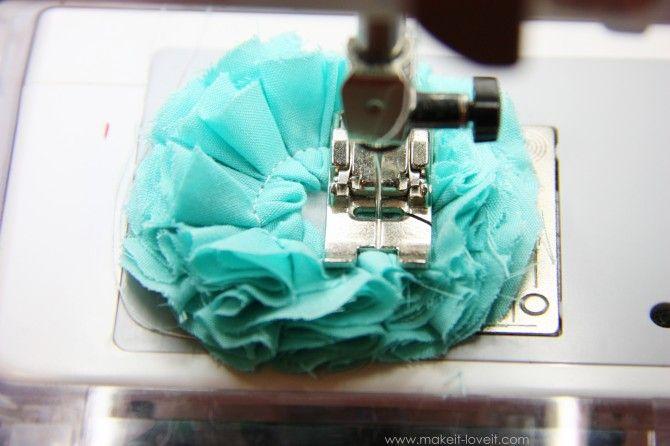 Flower tutorial... with sewing machine.Sewing Machines, Crafts Ideas, Fabric Flowers, Flower Tutorials, Fabrics Flower, Random Things, Crafty Girls, Flower Power, Crafty Ideas