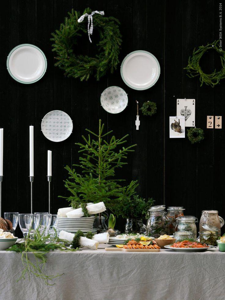 Detaljer förgyller årets julbord på IKEA. Här har stylisten Lotta Agaton valt det rustika och traditionella. Hon använder AINA metervara av 100 % linne som dukar och servetter och väldoftande granris adderar en naturlig känsla till buffébordet.