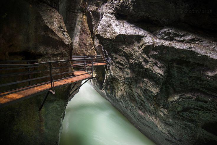 The Aar Gorge is a section of the river Aar that carves through a limestone ridge near the town of Meiringen.  Die Aareschlucht ist eine Klamm bei Meiringen im Berner Oberland in der Schweiz die von der Aare durchflossen wird.