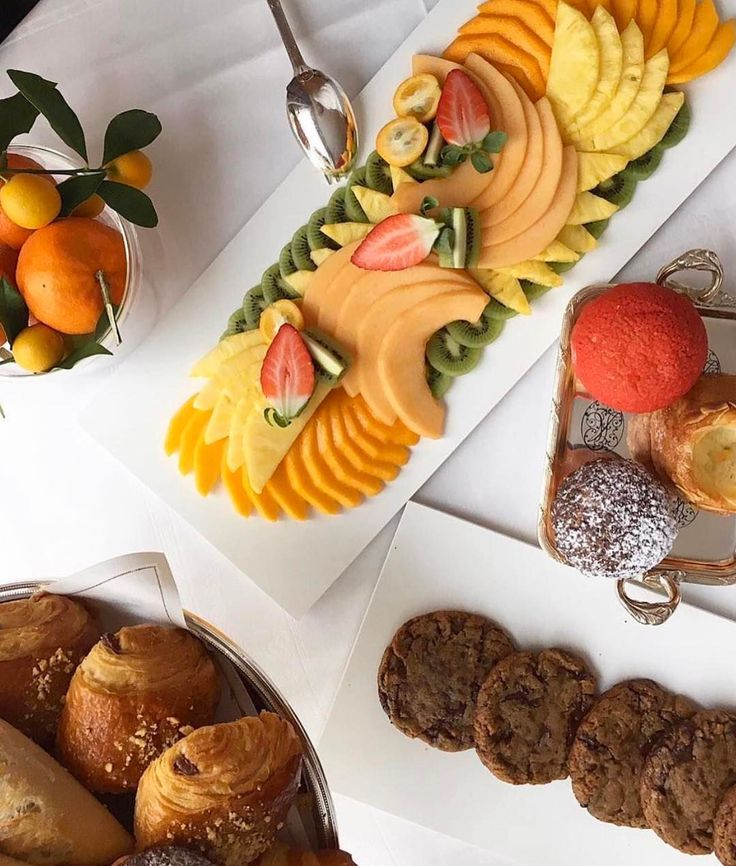 Our room service order for the perfect Saturday morning : a delicious fruit plate and our favorite sweet treats ! Happy Weekend ! ✨ Thank you @jeanimbert for sharing you #DCmoments
