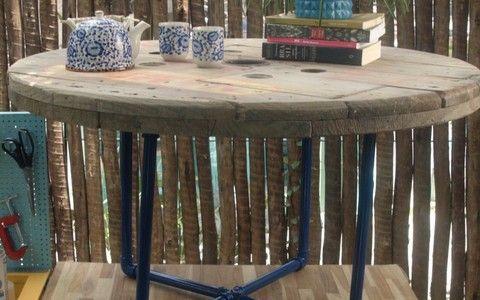 Aprenda a fazer uma mesa a partir de um carretel de madeira