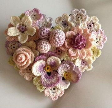 Pura inspiração レース編み お花のハート型ブローチ