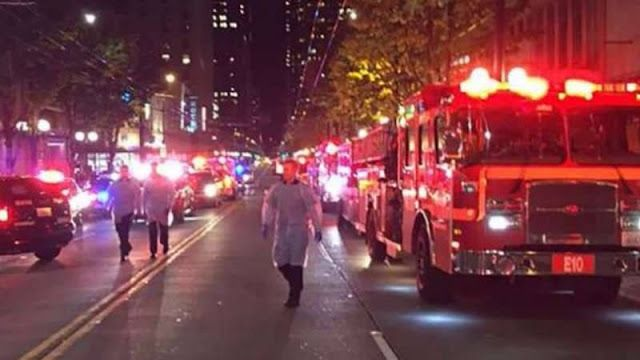 """Trump menang kota-kota AS rusuh  situasi aksi unjuk rasa tolak Trump  Para pemilih yang kecewa atas terpilihnya Donald Trump sebagai Presiden AS ke-45 melakukan aksi demonstrasi dan memadati jalan-jalan di tengah kota Manhattan New York. Beberapa demonstran melakukan aksi pembakaran bendera AS saat mereka hendak mencapai Trump Tower sementara lainnya meneriakkan """"Bukan Presiden Saya"""" kata Al-Jazeera. Di Chicago sekitar 1.000 orang berkumpul di luar Trump International Hotel and Tower di…"""