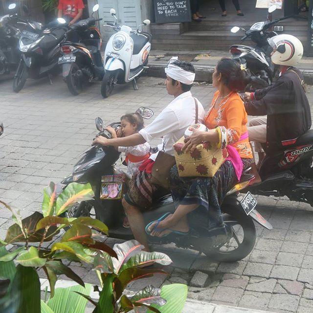 【straysheep0203】さんのInstagramをピンしています。 《バリはヒンドゥー教の島。 朝夕は寺院へお供え物を持ってお祈りに行きます。 こんなバイクがたくさん通って行って、異文化好きの私の心はくすぐられまくり😽🎶 #ウブド#バリ#インドネシア#森#リゾート#のんびり#ubud#bali#indonesia#resort#forest#travel#instatravel#ヒンドゥー教#お祈り#異文化#hindu#differentculture》