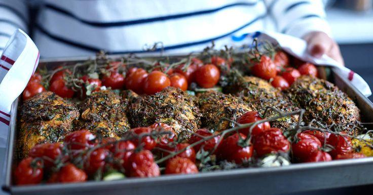 Kycklingfiléer i kryddig marinad som ugnsrostas tillsammans med tomater på kvist samt skivad zucchini. Enkel och hälsosam vardagsmat!