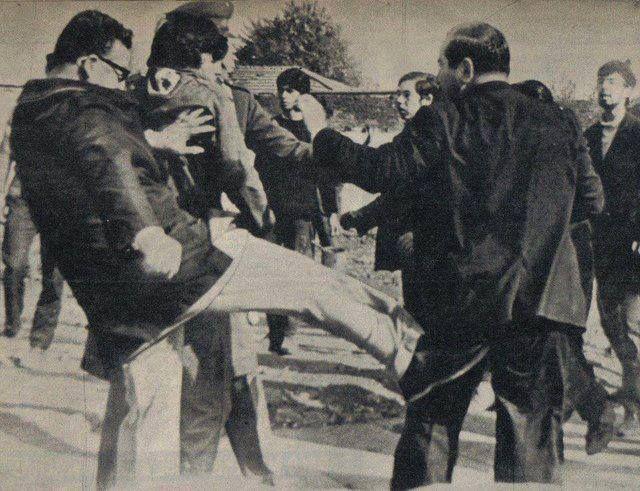Salvador Allende, Presidente de Chile desde 1970 hasta 1973....si señor, si señora, no està viendo mal...el  hombre que usted ve dando una patada en el trasero a otro hombre, en una trifulca callejera, fue presidente de mi paìs.