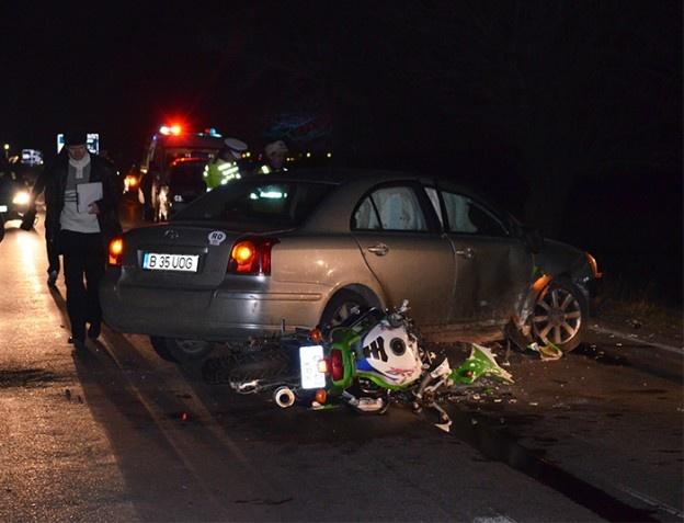 Marți seară, un motociclist din Slatina a fost accidentat grav după ce s-a ciocnit cu un autoturism condus de o bucureșteancă, pe DN1B Buzău – Ploiești. Bărbatul se află în comă la Spitalul Județean Buzău.    Motociclistul, în vârstă de 29 de ani, din Slatina, se deplasa dinspre Ploiești spre Buzău, când un autoturism Toyota a efectuat o manevră de întoarcere după ce șoferița și-a dat seama că ar fi trebuit să o ia pe alt drum către București.