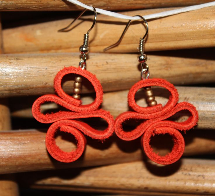 """Boucles d'oreilles """"Serpentin orange"""" en cuir : Boucles d'oreille par nukamaki"""