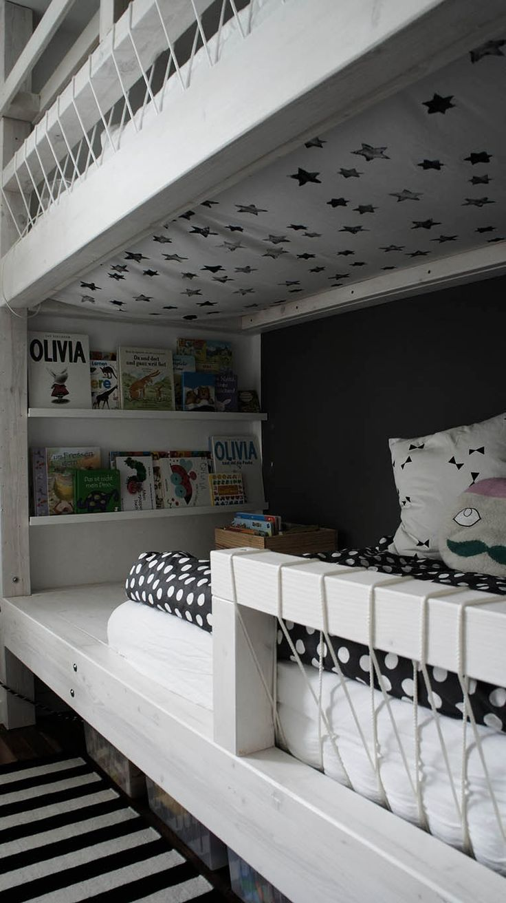 Love the idea of putting cloth with stars as a ceiling for the lower bunkbed plus the placement of the bookshelves, but these are defenitly not my colours!!!