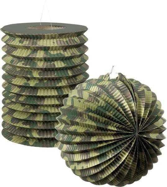 Camouflage army lampionnen 2 stuks. 1 papieren bollampion en 1 papieren treklampion in camouflage print. De ronde lampion heeft een formaat van ongeveer 16 cm en de treklampion heeft een formaat van ongeveer 22 cm.