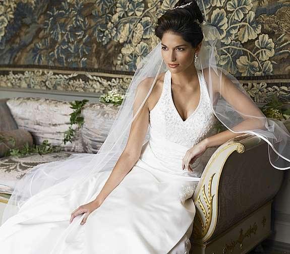 Vakker halterneck brudekjole kalr for prøvingi vår brudesalong    www.abelone.no