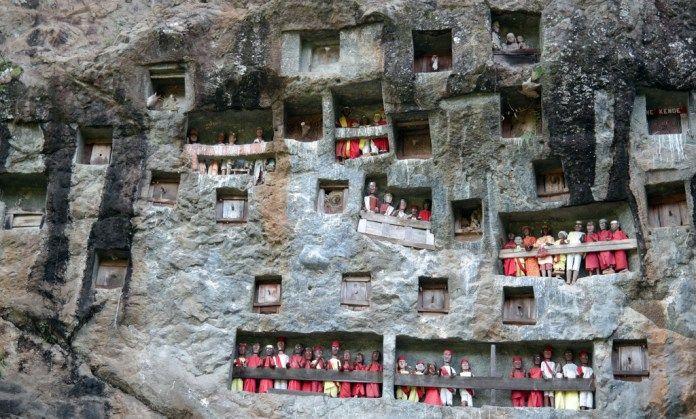 Kubur Batu, Rante Lemo, Tana Toraja merupakan warisan budaya megalitik Nusantara. Budaya megalitik mencerminkan cara pandang masyarakat Nusantara akan adanya sesuatu yang lebih besar dari manusia dan kehidupannya yang fana.