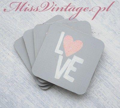 Podkładki pod kubki szare z napisem LOVE 4 szt. Ręcznie malowane podkładki wykonane ze sklejki brzozowej. Idealnie nadają się jako ozdoba salonu, kuchni lub jadalni.