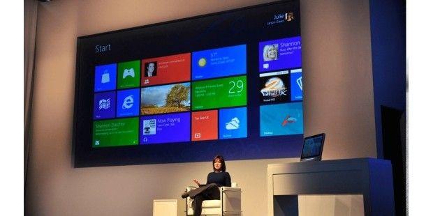 """Das neue Windows 8 -2012 stellt Julie Larson-Green, eine Vice President von Microsoft, das neue Windows 8 vor. Es enthält sowohl die Windows 8 Modern UI (ehemals """"Metro"""") für Touchscreen-PCs als auch eine klassische Desktop-Ansicht. Mit den Betriebssystemen Windows RT für Tablets und Windows Phone 8 für Smartphones bietet Microsoft damit ein einheitliches Design für alle Geräte an."""