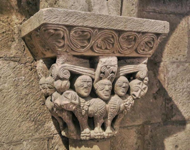 Capitel, leones afrontados y tres cabezas humanas - Colegiata de San Pedro de Cervatos, Campoo de Enmedio, Cantabria