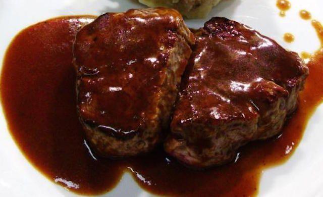 Assaisonner les steaks des deux côtés. Chauffer l'huile dans une poêle à feu vif; y cuire les steaks 4 minutes de chaque côté...