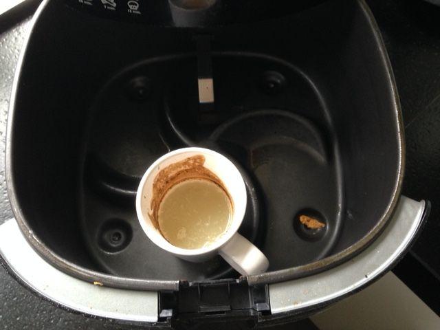 Airfryer schoonmaken   Eenvoudige tip voor het schoonmaken en ontvetten van de binnenzijde van de airfryer.