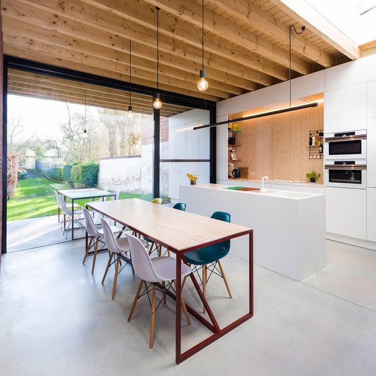 Uitbouw met constructie in het zicht, doorstekende luifel en doorlopend wandmeubel / keuken. Voorzien van gietvloer geeft strak resultaat