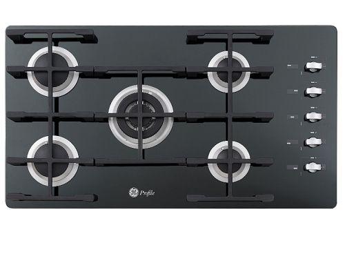O cooktop Metal Black, da GE, é feito em vidro temperado com acabamento na cor preta. O diferencial é o design das grades, fabricadas em ferro fundido. A peça possui cinco queimadores em três tamanhos diferentes e potências distintas. Tem 92 cm de largura e preço sugerido em R$ 2599,00.