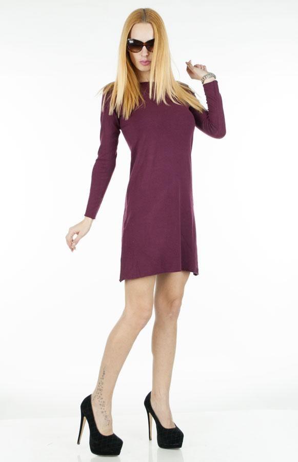 Pulover Dama Long Dress  Pulover dama lung, din material fin, calduros. Model inspirat ce poate fi purtat atat ca pulover cat si ca rochie, fiind usor de accesorizat si foarte practic in sezonul rece.     Lungime: 82 cm  Latime talie: 40 cm  Compozitie: 42%Vascoza, 28%Naylon, 20%Lana, 10%Lycra