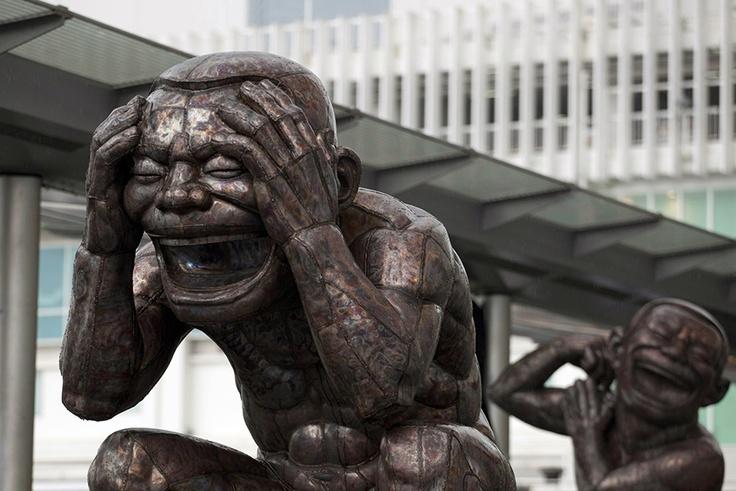 """A arte do riso  O artista chinês Yue apresenta em Hong Kong a exposição """"O Tao do Riso"""". Cinco esculturas, inspiradas num texto do século VI sobre o Taoismo, convidam a uma reflexão sobre os poderes do riso como meio para conquistar a paz espiritual. REUTERS/Tyrone Siu"""