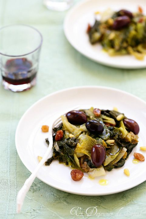 Un dejeuner de soleil: Scarole sautée aux olives, raisins et pignons comm...