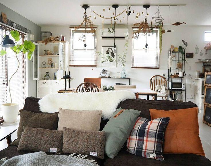 *  まだ地味に暑い日もあるけれど  #クッション を秋冬仕様に  チェンジ♪  *  今年は#ニトリ で新しい  クッションカバーをふたつ  お迎えしました。  (革っぽいのとグリーンのと)  *  クッションカバーに関しては  かなり飽きっぽいので  我が家はプチプラアイテム  がメインです☺    #インテリア #interior #おうち #建売 #冬支度 #ソファー #イケア #無印良品 #sudioclip #ハリスツイード #ムートン #暮らしを楽しむ #DIY女子 #myhome #マイホーム #ナチュラルインテリア #クッションカバー #homedecore #sofa #antique #mygoodroom #模様替え #リビング