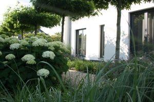 In 2011 hebben we bij een vrijstaande woning in Someren de complete tuin aangelegd. Als stijlvolle tuinkamer komt deze tuin nu volledig tot zijn recht.