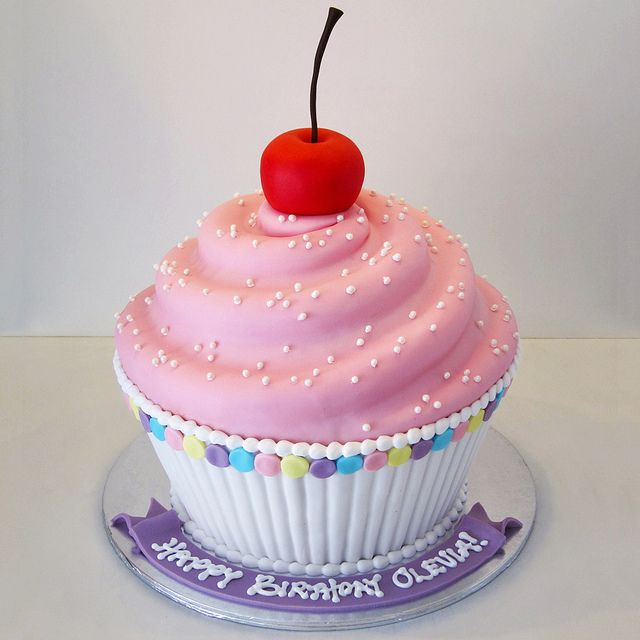 Birthday Cake Ideas Using Cupcakes : 25+ best ideas about Giant Cupcake Cakes on Pinterest ...