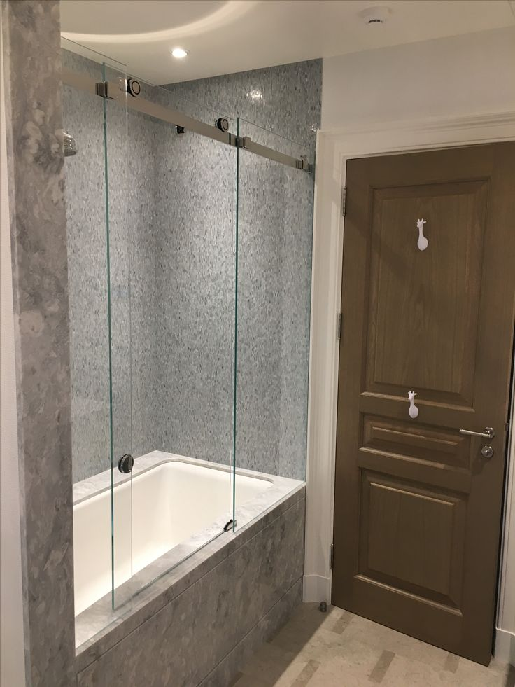 Раздвижная стеклянная шторка на ванну Claro от MWE Германия. Высококачественная полированная нержавеющая сталь, безупречное качество раздвижных механизмов и закаленное стекло толщиной 8мм.