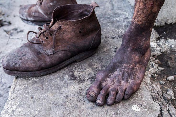 barefoot,migrant worker