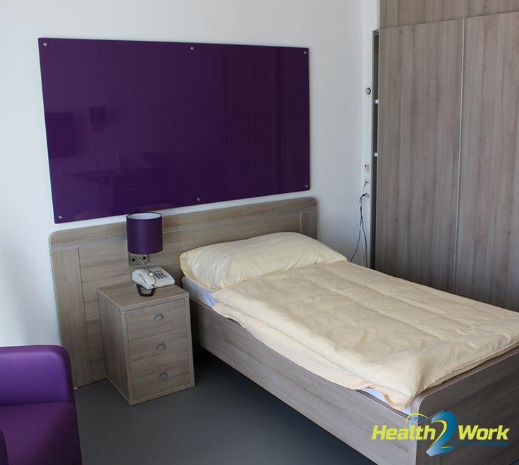 Prettige slaapkamer met paarse accenten
