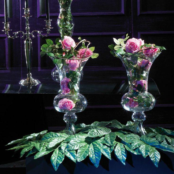 Vasi vetro e fiori artificiali.
