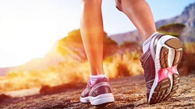 Come dimagrire camminando? Vediamo insieme il programma di allenamento e le calorie da bruciare. E' importante non esagerare, ma camminare con regolarità.