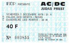 """Le 7 décembre 1979, AC/DC pose ses valises à la Maison des Sports de Reims pour le deuxième concert français de sa tournée Highway To Hell ! Une scène faite avec des palettes dans une salle de basket, quelques prises du film Let There Be Rock The Movie, un tour au Stade des Thiolettes, une visite dans le Grand Caveau de Besserat de Bellefon, revivez tout cela avec de superbes photos dans le livre """"AC/DC Tours de France 1976-2014"""""""