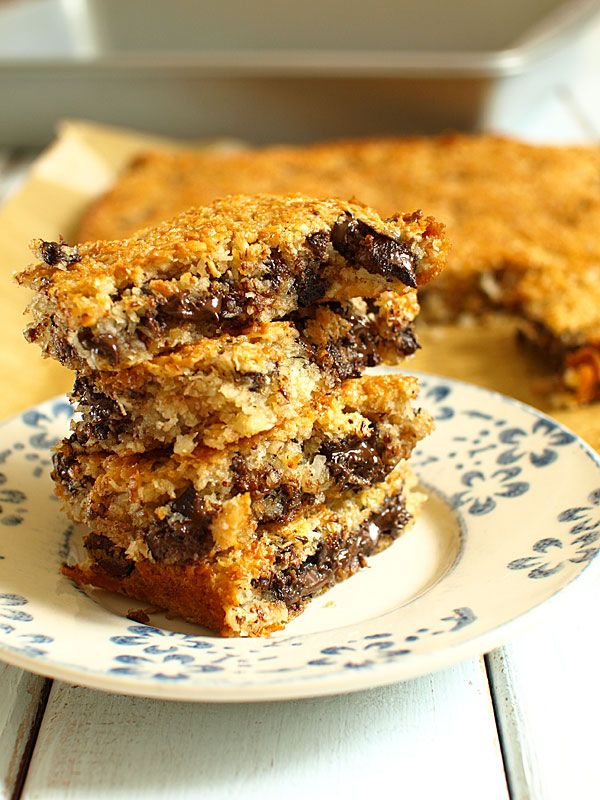 Ciasto jest obłędne - bardzo kokosowe i czekoladowe jednocześnie :) Ma miliard kalorii, już mały kawałek gwarantuje szybki odlot w najwspanialsze stany przyjemności. Robi się je dosłownie w ciągu pół godziny. Bosko smakuje jeszcze ciepłe, nie gorzej smakuje po wystudzeniu.<br /> Uwaga: bardzo uzależnia :)<br /> To przepis Billa Grangera - zadroszczę mu pomysłu :) Poza proporcjami, które dopasowałem do formy do rozmiarach 33 x 22 cm nic w nim nie zmieniłem, bo nie trzeba :)