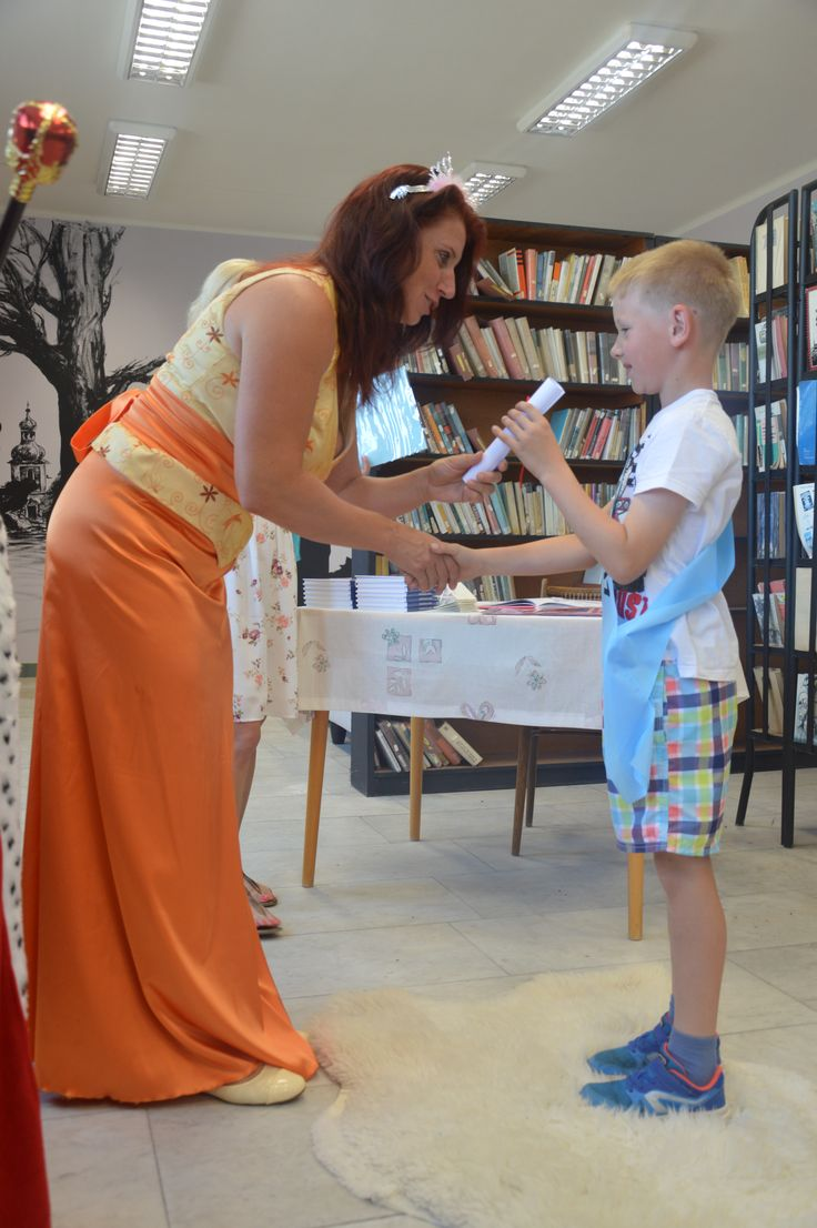 Passing pupils first class to a reader in the Chrášťany library. Photo by Martina Machová.