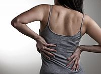 Dormir del lado izquierdo y hacer deporte habitualmente mejoran los problemas de espalda