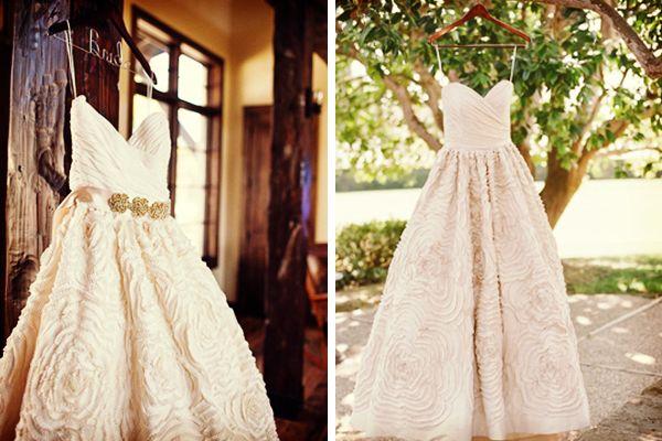 Fotos del vestido de novia que no pueden faltar: colgado en un gancho #bodas #ElBlogdeMaríaJosé #Vestidonovia #Fotosboda