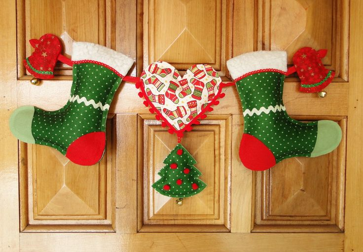 Uma composição super alegre e descontraída de NATAL , especial para quarto de crianças !    A tradição de elementos do Natal como a bota ou meia , árvore , sino e coração em uma peça ótima para pendurar em portas , paredes e nichos .    As cores vermelho e verde do feltro e tecido com texturas e ...