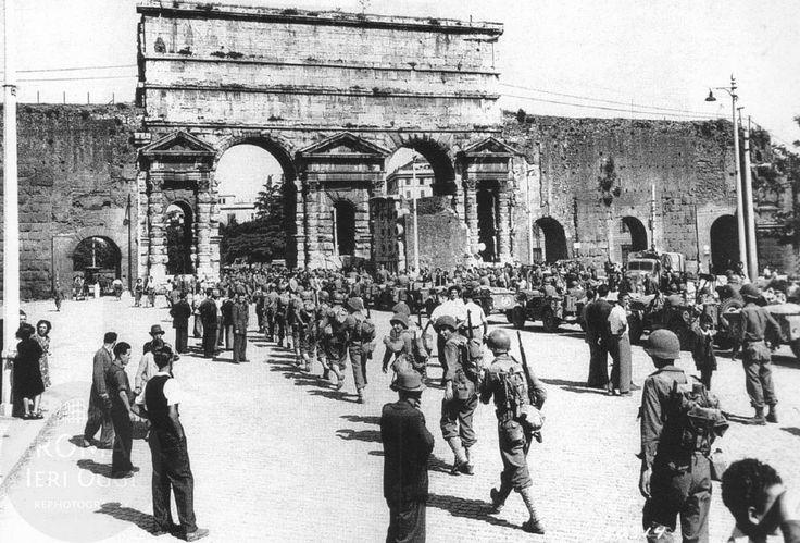 4 giugno 1944, Roma è libera. Percorrendo la via Casilina, i soldati della 85°…