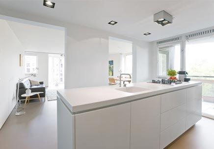 Witte keuken, wit werkblad met geïntegreerde spoelbak