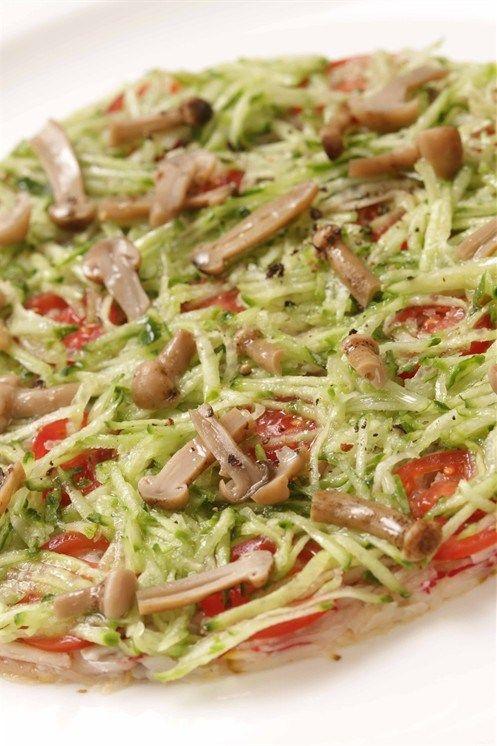Тиан из тертого редиса, огурца и маринованных грибов с нерафинированным подсолнечным маслом